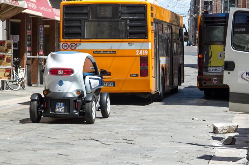 foto bnus con auto sindaco