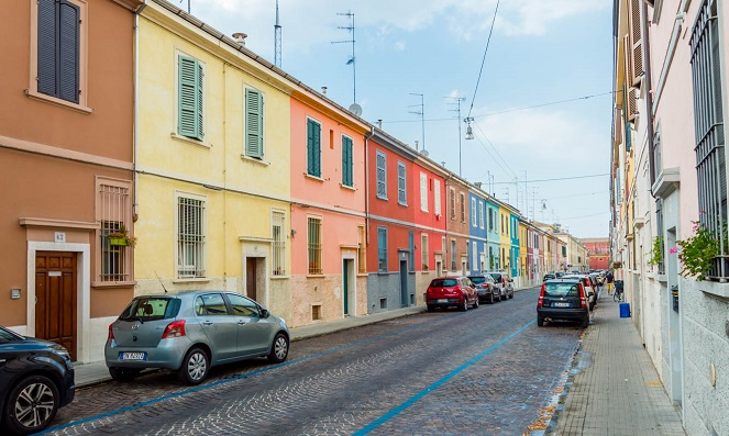 parma-colorful-houses-on-via-della-salute-1366x911