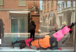"""La vetrina di un negozio di moda nella """"zona rossa"""" di Mirandola. Foto di Michele Smargiassi"""
