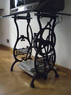 La macchina da cucire della nonna diventa un mobile porta for Porta bobina macchina da cucire