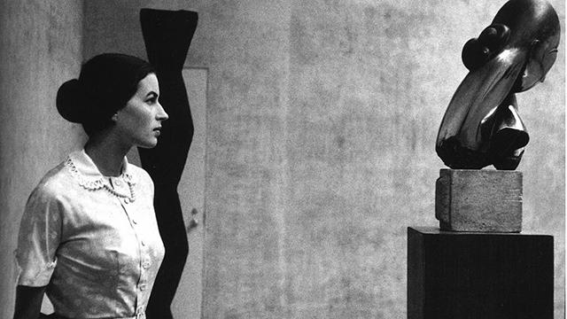 Eve Arnold, Silvana Mangano con la scultura di Constantin Brâncu?i al MoMA New York, 1956