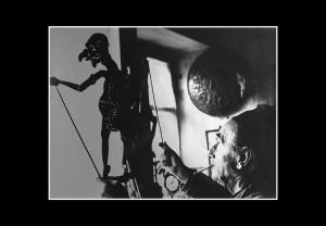 Il burattinaio Giacono Ferrari con una marionetta nella tan di borgo Santo Spirito. 1974