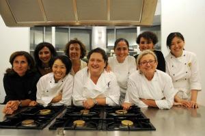 Da sinistra: Chef Patrizia Di Benedetto, Chef Reiko Yanagi, Chef Valeria Piccini, Chef Vera Caffini.  Alle loro spalle, da sinistra: Paola Alagna (Famiglia Pellegrino), Caterina Tumbarello (Famiglia Pellegrino), Chef Rosanna Marziale, Maria Chiara Bellina (Famiglia Pellegrino), Chef Kyoko Akamatsu