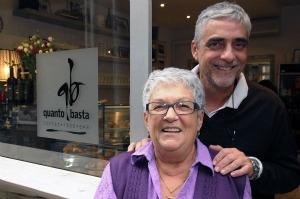 Daniele Bresciani con mamma Marisa davanti al Quanto Basta