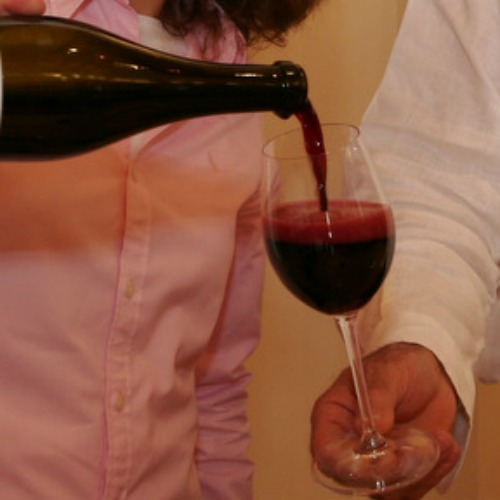 Un bicchiere di Lambrusco, il vino più venduto nei supermercati lombardi