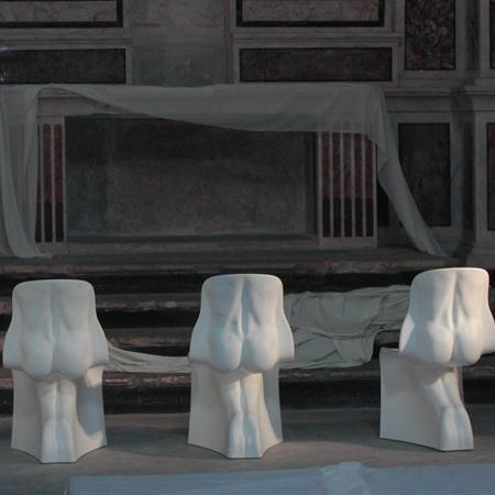 Le sedute di Fabio Novembre in mostra nell'ex chiesa di San Francesco della Scarpa di Lecce nel 2009, a cura di Marco Petroni