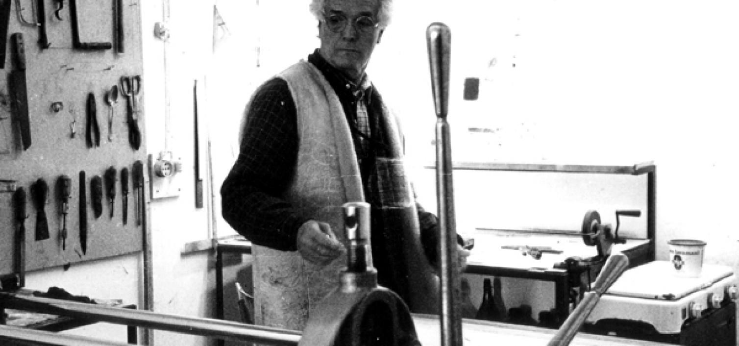 Guido Strazza nel suo studio di Monte Ripone in una fotografia di Sergio Pucci del 1988.