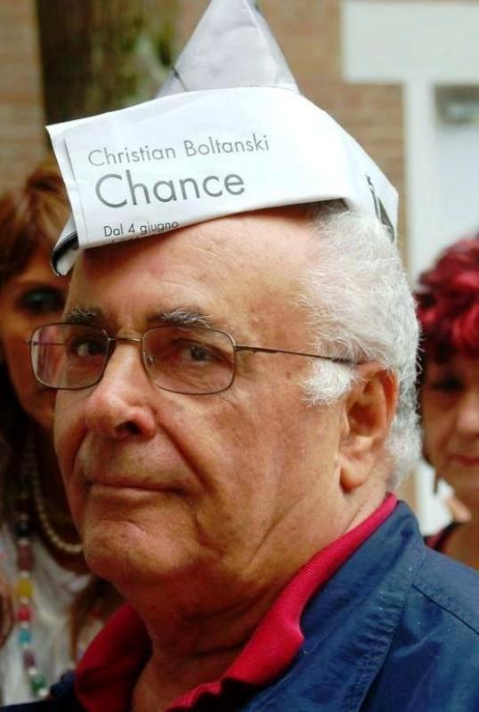 Pietro Marino, in una recente foto ironica scattata durante l'inaugurazione di una mostra