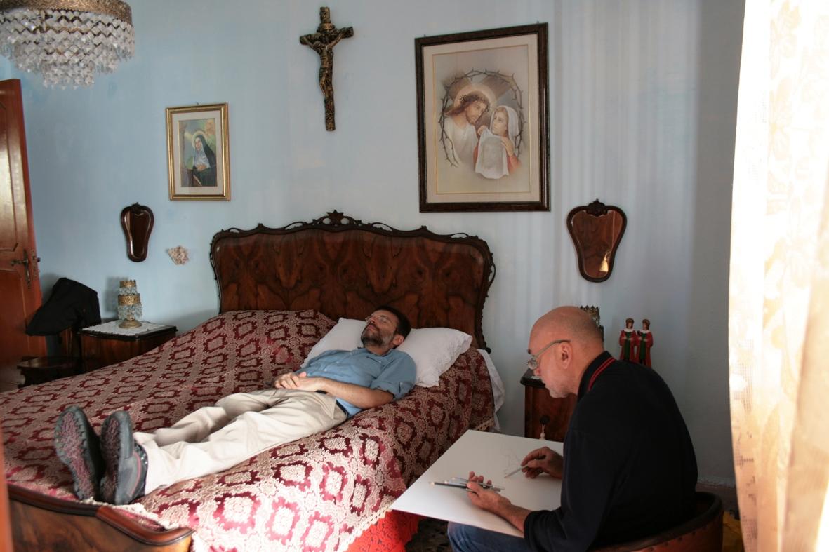 Francesco Lauretta ritrae Luigi Negro nella casa di Luigi Presicce a Porto Cesareo all'interno del progetto di arte relazionale La festa dei vivi che riflettono sulla morte curato dal collettivo Lu Cafausu