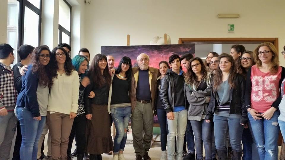 Studenti del Liceo Artistico Ciardo-Pellegrino di Lecce con Ercole Pignatelli, dopo il talk promosso dall'istituto scolastico alcuni giorni fa. Ph. M. Agostinacchio / Facebook