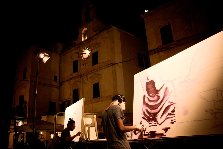 Performance live nella piazza di Polignano