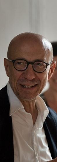 Michele Zaza è nato a Molfetta nel 1948. Ha studiato all'Accademia di Belle Arti di Brera (Milano). Vive tra Molfetta, Roma e Berlino. Ha alle spalle un'intensa carriera in Italia e all'estero.