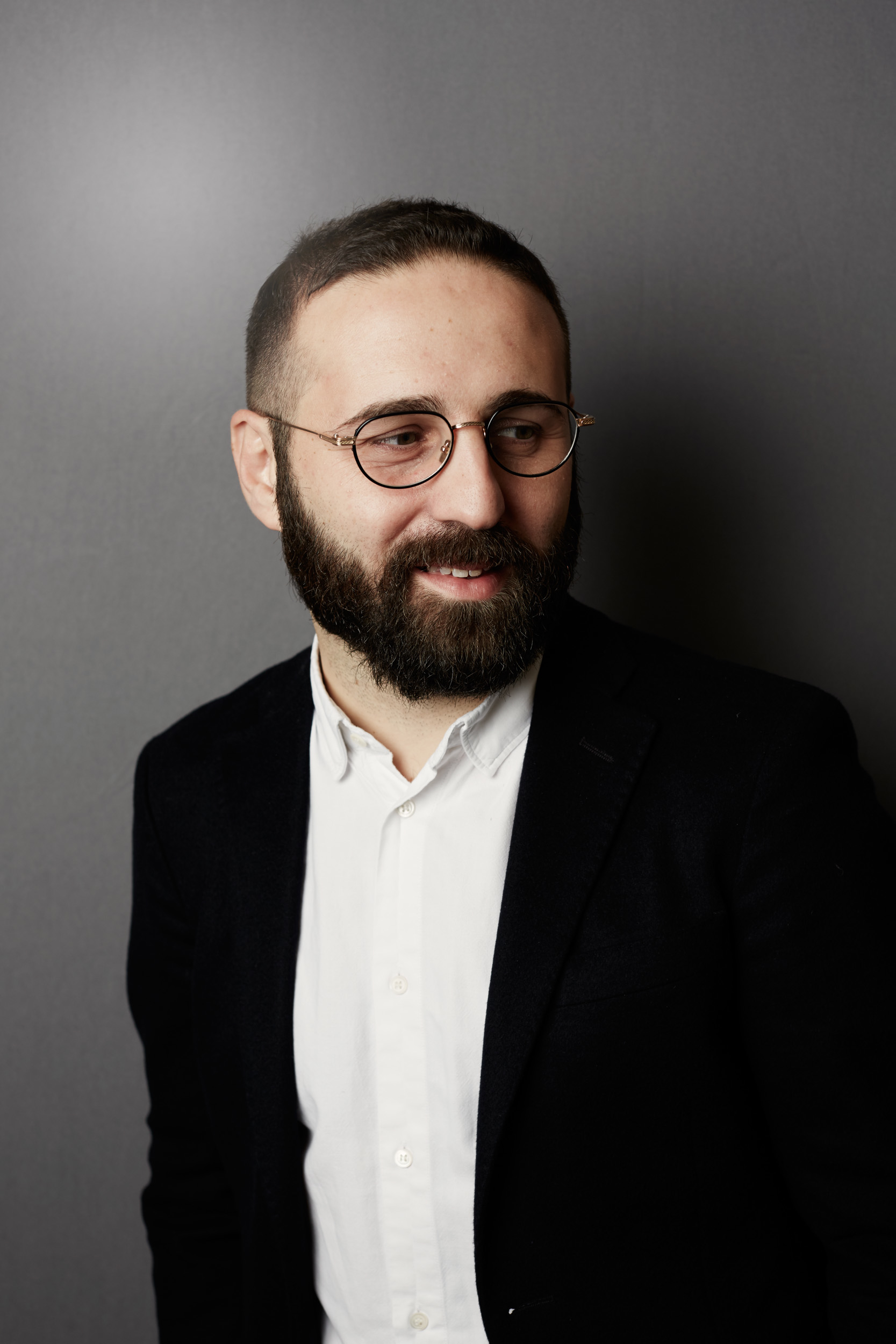 Vincenzo De Bellis (foto di Marco De Scalzi) è curatore. Si è formato tra l'Italia e New York. Dal 2013 è direttore artistico della fiera MiArt a Milano, città in cui vive. Con Bruna Roccasalva ha fondato lo spazio di ricerca Peep-Hole.