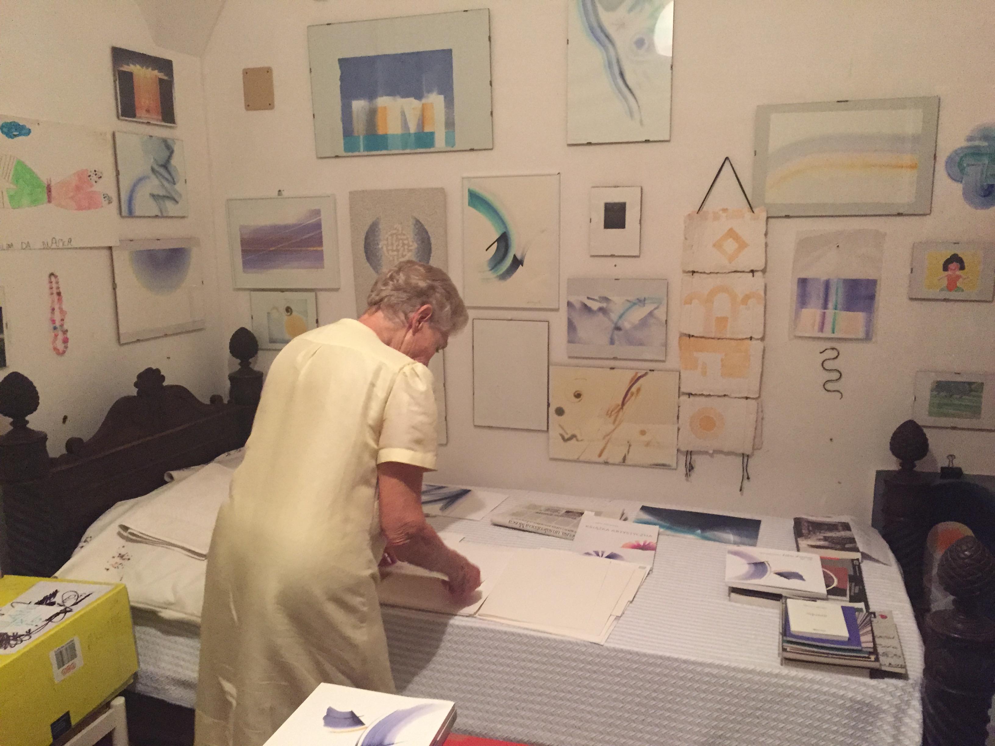 L'artista nello studio del marito nella casa di Otranto