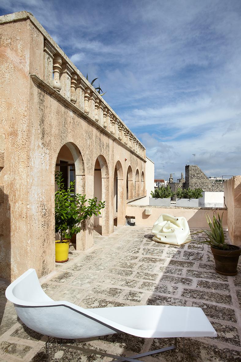 Il terrazzo di Palazzo Mongiò affacciato sui tetti di Galatina. Ph.