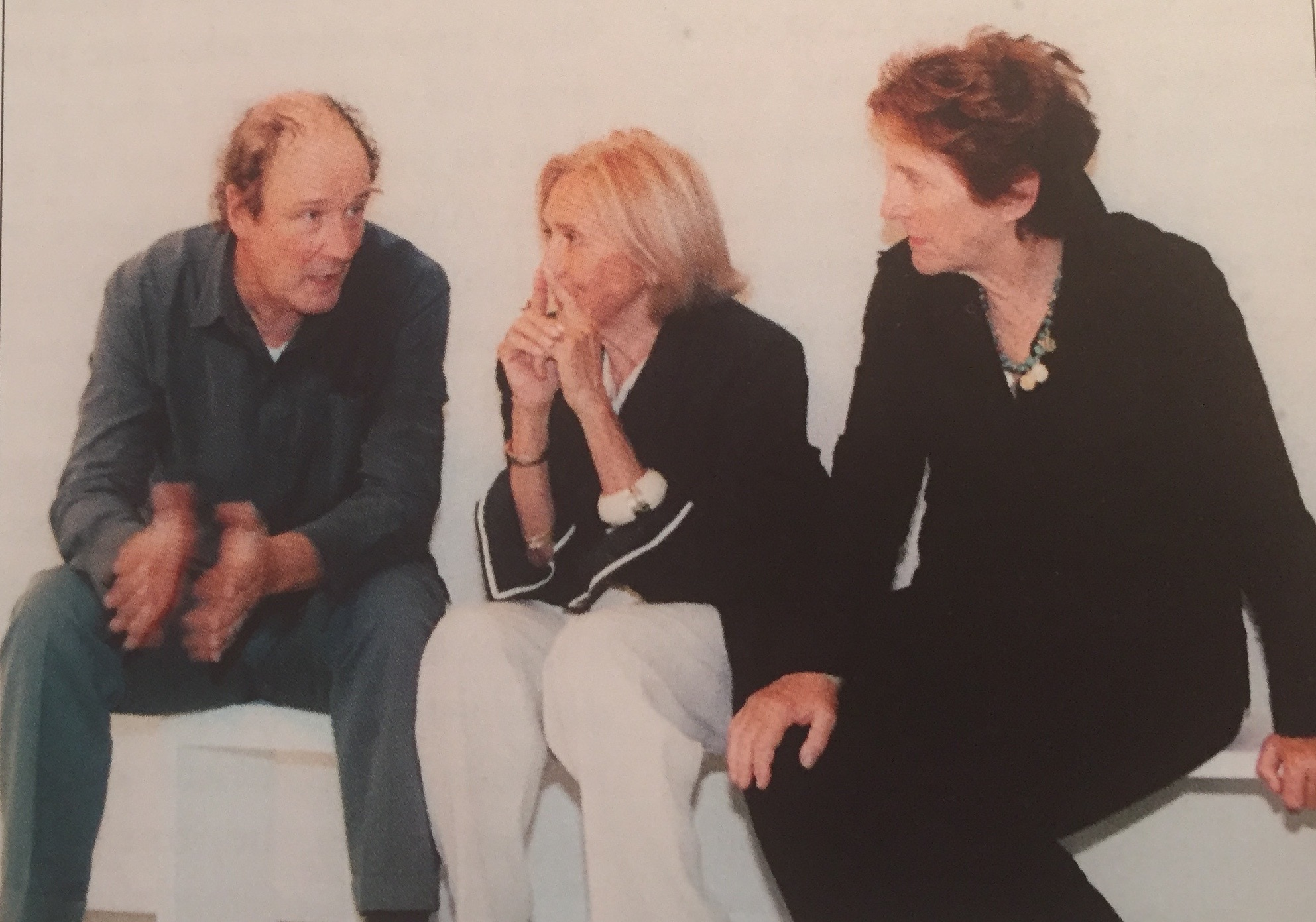 David Tremlett, Marilena e Silvana Bonomo in galleria a Bari, 2002.