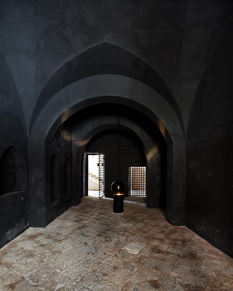 L'ingresso di Palazzo Mongiò, con un'installazione di Giovanni Lamorgese. Ph. Daniele Notaro