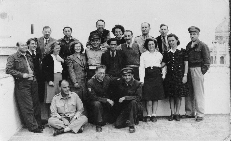 Gruppo di profughi e personaleamministrativo dei campi di transito a Santa Cesarea (courtesy  Haim Rubinstein).