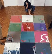 Fernando De Filippi negli anni Settanta con una sua installazione. La foto è pubblicata sul volume La rivoluzione privata, Prearo Editore, Milano.