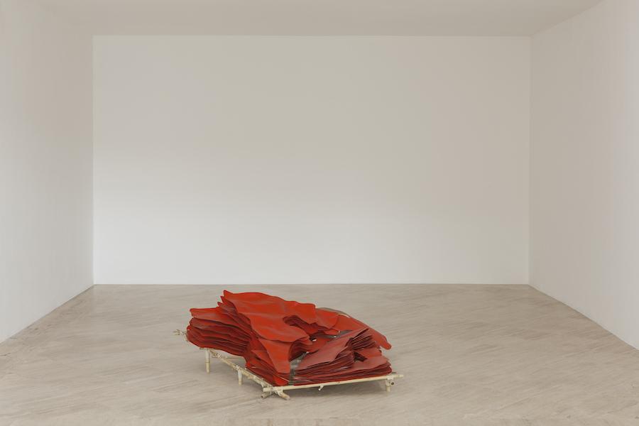 Giuseppe Gabellone, Untitled (Orange), 2017. Veduta della mostra alla Fondazione Memmo, Roma.