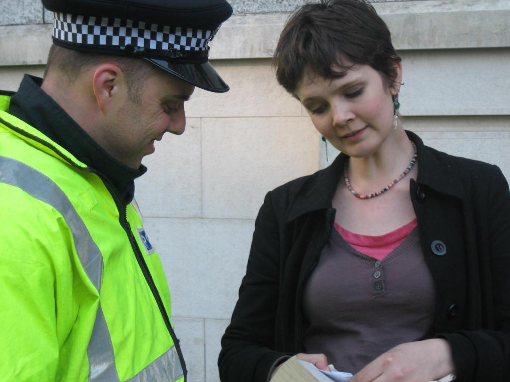 donna-mostra-doucmenti-e-poliziotto-sorride.jpg