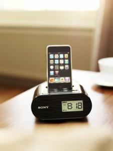 LifeS_iPod_ICF-C05iP_bedside table