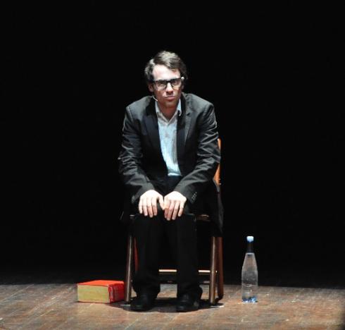 Thom pain sul palco ma il pubblico vede solo germano - Monologo il divo ...