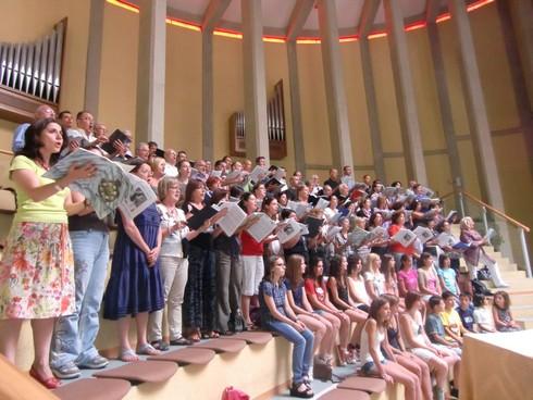 Il Coro Renata Tebaldi e il Coro voci bianche Ars Canto durante le prove
