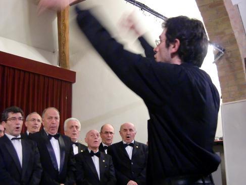 Il Maestro Sebastiano Rolli dirige il Coro Renata Tebaldi