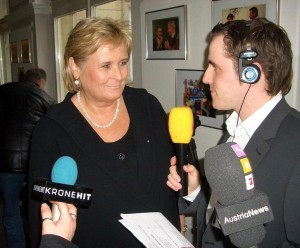 09.03.01 02 Klagenfurt, elezioni regionali; Claudia Haider con cronista radio Antenne Kärnten