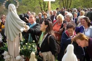 10.05.01 48 Bad St. Leonhard, Schlossberg; fedeli accanto alla statua della Madonna