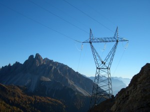 07.10.16 74 Eletrodotto nel Cadin di Vallona; in fondo Crode dei Longerin