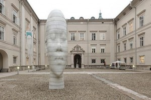 11.09.25 Salisburgo, Università, scultura del catalano Jaume Plensa, testa di ragazza - Copia