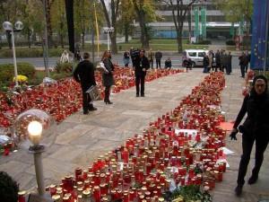 08.10.18 01 Klagenfurt; lumini per la morte di Haider davanti al palazzo del governo