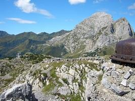 05.08.17 32 Ruderi militari in cima al Pal Piccolo; sullo sfondo Creta di Collina e Creta di Collinetta