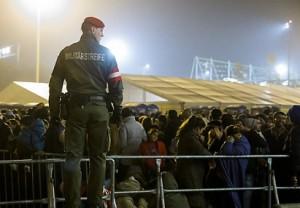 15.10.29 Spielfeld, migranti alla frontiera tra Stiria e Slovenia - Copia