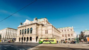 16.04.19 Vienna, bus Sightseeing Tours davanti teatro dell'Opera