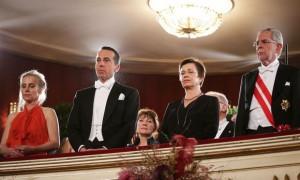 17.02.23 Vienna, Ballo dell'opera; Christian Kern e Alexander Van der Bellen con mogli