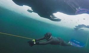17.02.24 Weissensee, Derya Can, record di nuoto in apnea sotto ghiaccio