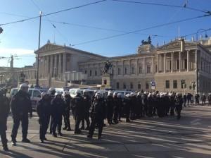 17.12.18 Manifestazione anti-governo 07 Polizia davanti al Parlamento - Copia