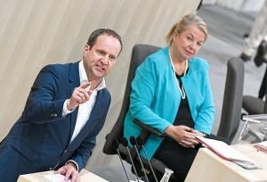 18.03.22 Viena, Parlamento; Matthias Strol e ministra della salute Beate Hartinger-Klein - Copia