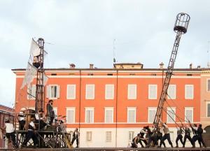 La costruzione della scena durante lo spettacolo