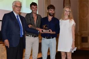 Paolo Baratta (sinistra) e Marie Chouinard (destra) premiano col il Leone 'Argento Steven Michel e Théo Mercier