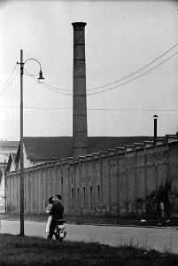 Mario De Biasi, Amore in periferia, Milano 1952