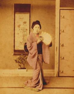 Adolfo Farsari, Giappone, Danzatrice con ventaglio, ca. 1887. Stampa all'albumina colorata a mano