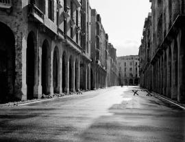 """""""Beirut 1991. Prima l'avevo vista solo in cartolina, quel paradiso dei turisti ricchi, la Montecarlo del Medio Oriente. Nel '91 era una specie di silenzioso cimitero abbandonato. Sono tornato nel 2003, era di nuovo di plastica. È la città dove più ho sentito il dovere di interrogarmi, con le immagini, sulla memoria e la smemoratezza dello spazio""""."""