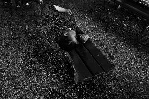 """A Gorizia, nel 1969, nel cortile dell'ospedale psichiatrico  diretto da Basaglia. Una donna dorme su una panchina. Niente di più banale. Ma il caso, materia prima dei fotografi, vuole che al vestito della donna faccia eco formale la struttura del brecciolino a terra. Chi guarda non sa che la donna è una malata, ma l'enigma di questa """"mineralità"""" anche della donna crea un disagio che mi ha fatto fare la foto. Certe fotografie esistono per me solo perché nascondono un enigma."""