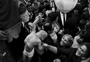 """Tre Castagni, provincia di Catania, festa di Sant'Alfio, 1964. """"Cartier-Bresson la scelse fra le settanta foto che amava di più. Ero salito, emozionatissimo, sul fercolo dove i bambini malati venivano """"presentati"""" al santo per sfiorare le sacre vesti miracolose. Le fotografie non le fai tu, le ricevi. Scesi dicendomi 'credo di avere fatto qualcosa di buono'. Per anni sono stato identificato con questa fotografia""""."""