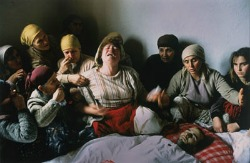 Georges Merillon, Nogovac, Kosovo. Family and neighbors mourn the death of Elshani Nashim (27), killed during a protest against the Yugoslavian government's decision to abolish the autonomy of Kosovo. Foto vincitrice del WPP 1990
