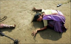 Arko Datta, Cuddalore, Tamil Nadu. A woman mourns a relative killed in the tsunami. On December 26, a 9.3 magnitude earthquake off the coast of Sumatra, Indonesia, triggered a series of deadly waves that traveled across the Indian Ocean, wreaking havoc in nine Asian countries, and causing fatalities as far away as Somalia and Tanzania. The quake was so strong that it altered the tilt of the planet by 2.5cm. More than 200,000 people died or were reported missing, and millions were left destitute in the worst natural disaster in living memory. In India, the fishing communities in Tamil Nadu were among the worst hit, with homes, lives and livelihoods being wiped away. Foto vincitrice del WPP 2004.